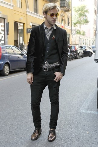 Cómo combinar: vaqueros negros, camisa de manga larga estampada gris, chaleco de vestir negro, blazer de terciopelo negro