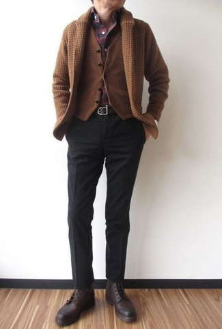 Cómo combinar: pantalón de vestir negro, camisa de manga larga de tartán burdeos, chaleco de vestir de lana marrón, cárdigan con cuello chal marrón