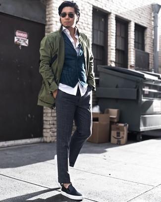 Combinar un chaleco de vestir azul marino: Empareja un chaleco de vestir azul marino con un pantalón de vestir de lana a cuadros en gris oscuro para una apariencia clásica y elegante. Zapatillas slip-on de cuero negras resaltaran una combinación tan clásico.