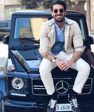 Cómo combinar: pantalón chino blanco, camisa de manga larga celeste, chaleco de vestir vaquero azul, chaqueta estilo camisa en beige