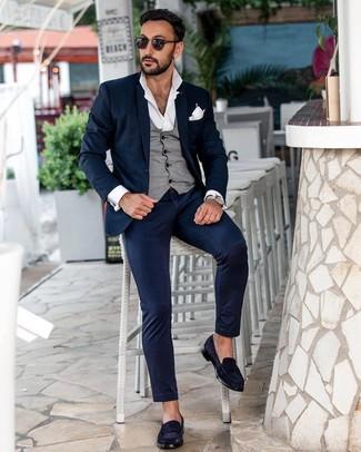 Cómo combinar: mocasín de ante azul marino, camisa de manga larga blanca, chaleco de vestir gris, traje azul marino