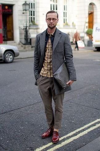Combinar una camisa de manga larga con unos zapatos derby: Considera ponerse una camisa de manga larga y un pantalón chino gris para una apariencia fácil de vestir para todos los días. ¿Te sientes valiente? Opta por un par de zapatos derby.