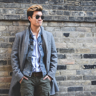Cómo combinar: pantalón cargo verde oliva, camisa de manga larga de rayas verticales celeste, chaqueta vaquera azul, abrigo largo gris