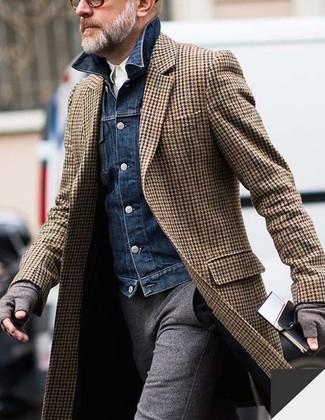Cómo combinar: pantalón de vestir de lana gris, camisa de manga larga blanca, chaqueta vaquera azul marino, abrigo largo de espiguilla marrón