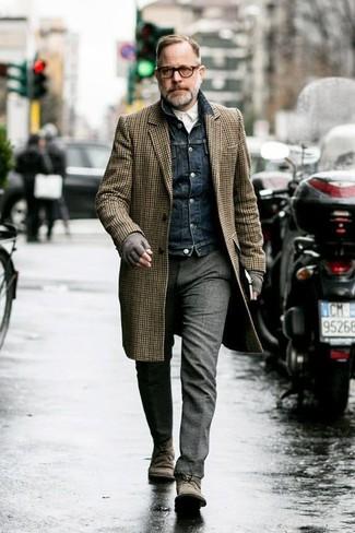Cómo combinar: pantalón de vestir de lana gris, camisa de manga larga blanca, chaqueta vaquera azul marino, abrigo largo de cuadro vichy marrón