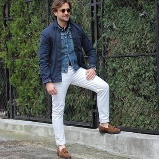 Outfits hombres en otoño 2020: Ponte una chaqueta estilo camisa azul marino y unos vaqueros blancos para un almuerzo en domingo con amigos. Complementa tu atuendo con mocasín con borlas de ante marrón para mostrar tu inteligencia sartorial. ¡Nos gusta el atuendo! Es una opción buena para el otoño.