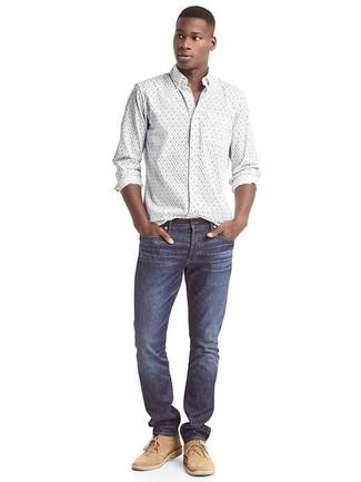 Cómo combinar: camisa de manga larga con print de flores blanca, vaqueros azul marino, botas safari de ante marrón claro