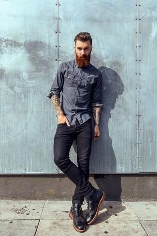 Cómo combinar: camisa de manga larga de cambray azul marino, vaqueros negros, botas brogue de cuero negras