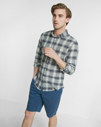 Cómo combinar: camisa de manga larga de tartán gris, pantalones cortos en verde azulado