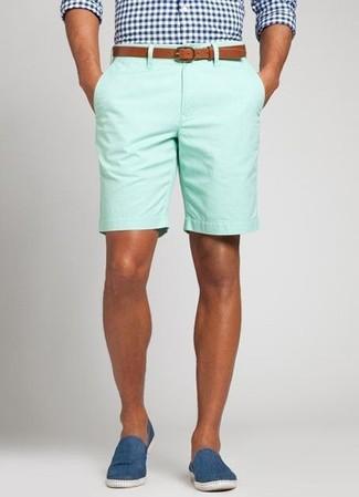 Cómo combinar: camisa de manga larga de cuadro vichy en azul marino y blanco, pantalones cortos en verde menta, alpargatas de lona azules, correa de cuero en tabaco