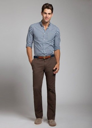 Cómo combinar: camisa de manga larga de cuadro vichy en blanco y azul marino, pantalón chino en marrón oscuro, botas safari de ante marrónes, correa de lona azul marino