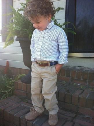 Cómo combinar: camisa de manga larga en blanco y azul, pantalones marrón claro, zapatos oxford marrón claro