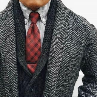 Cómo combinar: corbata de tartán roja, camisa de manga larga de rayas verticales en blanco y negro, cárdigan con cuello chal negro, abrigo largo de espiguilla gris