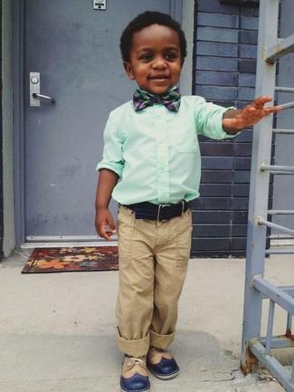 Cómo combinar: camisa de manga larga en verde menta, pantalones marrón claro, zapatos oxford azul marino, corbatín azul marino