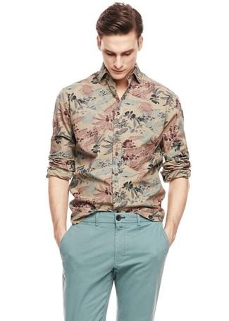 Cómo combinar: camisa de manga larga estampada marrón claro, pantalón chino celeste