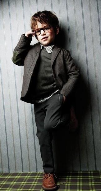 Cómo combinar: pantalones en gris oscuro, camisa de manga larga de tartán blanca, jersey en gris oscuro, blazer en gris oscuro
