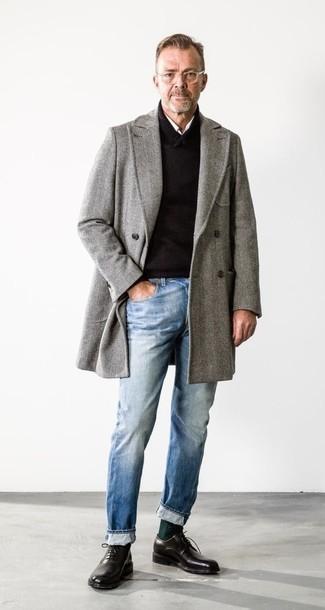 Combinar un abrigo largo de espiguilla gris: Emparejar un abrigo largo de espiguilla gris junto a unos vaqueros celestes es una opción práctica para un día en la oficina. Con el calzado, sé más clásico y complementa tu atuendo con zapatos oxford de cuero negros.