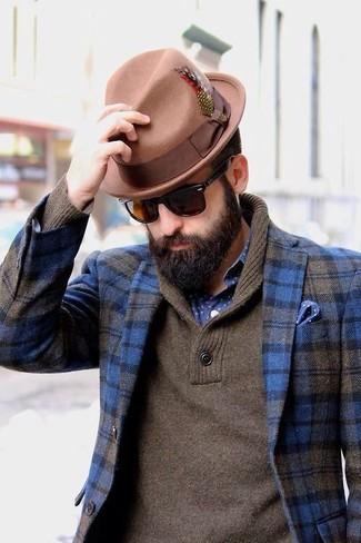 Cómo combinar: sombrero de lana marrón claro, camisa de manga larga a lunares en azul marino y blanco, jersey con cuello chal marrón, blazer de lana de tartán azul