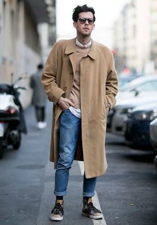 Cómo combinar: vaqueros azules, camisa de manga larga blanca, jersey con cuello circular marrón claro, abrigo largo marrón claro