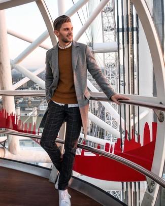 Cómo combinar: pantalón de vestir de lana a cuadros en gris oscuro, camisa de manga larga blanca, jersey con cuello circular en tabaco, abrigo largo gris
