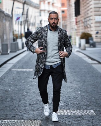 Cómo combinar: pantalón chino negro, camisa de manga larga de cambray azul, jersey con cuello circular gris, abrigo largo de tweed en negro y blanco