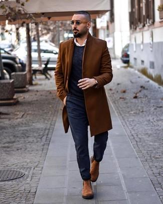 Cómo combinar: pantalón chino azul marino, camisa de manga larga blanca, jersey con cuello circular azul marino, abrigo largo marrón