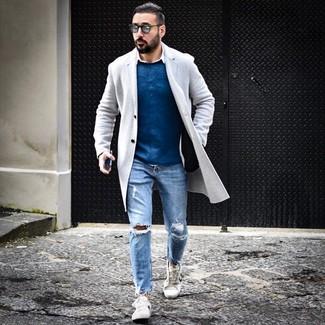 Cómo combinar: vaqueros desgastados celestes, camisa de manga larga blanca, jersey con cuello circular azul, abrigo largo gris