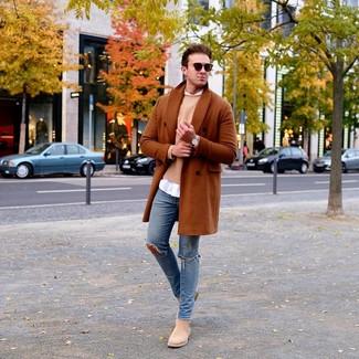 Cómo combinar: vaqueros pitillo desgastados azules, camisa de manga larga blanca, jersey con cuello circular marrón claro, abrigo largo en tabaco