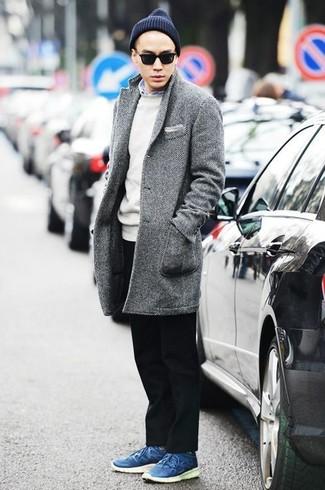 Outfits hombres: Intenta ponerse un abrigo largo de espiguilla gris y un pantalón chino negro para las 8 horas. Para darle un toque relax a tu outfit utiliza tenis de cuero azules.