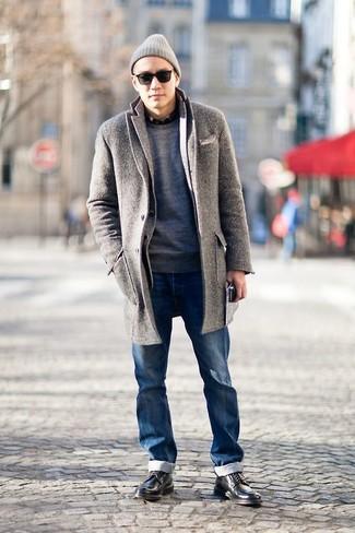 Combinar un gorro gris: Emparejar un abrigo largo de espiguilla gris con un gorro gris es una opción inmejorable para el fin de semana. Zapatos derby de cuero negros añaden la elegancia necesaria ya que, de otra forma, es un look simple.