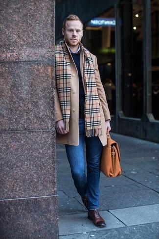 Combinar una bufanda de tartán marrón claro: Para un atuendo tan cómodo como tu sillón intenta ponerse un abrigo largo marrón claro y una bufanda de tartán marrón claro. ¿Te sientes valiente? Elige un par de zapatos oxford de cuero en marrón oscuro.