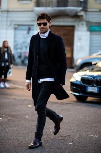 Outfits hombres: Haz de un abrigo largo azul marino y unos vaqueros negros tu atuendo para el after office. Botines chelsea de cuero burdeos levantan al instante cualquier look simple.