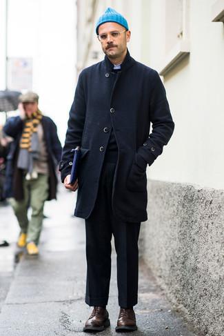Outfits hombres: Utiliza un abrigo largo azul marino y un pantalón de vestir de lana negro para rebosar clase y sofisticación. Si no quieres vestir totalmente formal, haz zapatos brogue de cuero en marrón oscuro tu calzado.