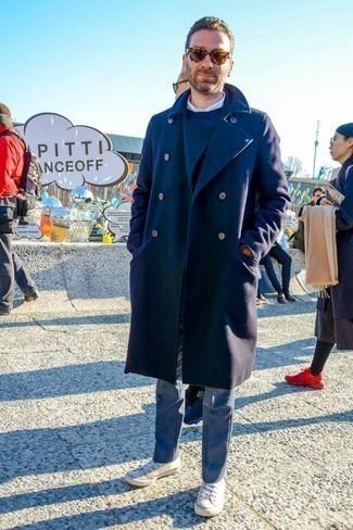 Combinar un pantalón de vestir gris: Ponte un abrigo largo azul marino y un pantalón de vestir gris para rebosar clase y sofisticación. Si no quieres vestir totalmente formal, usa un par de tenis de lona blancos.