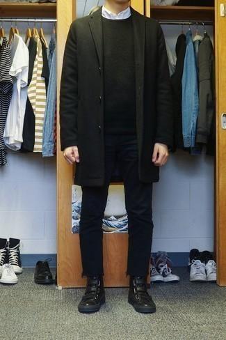 Outfits hombres en clima frío: Considera emparejar un abrigo largo negro junto a unos vaqueros negros para lograr un estilo informal elegante. Para el calzado ve por el camino informal con zapatillas altas de cuero negras.