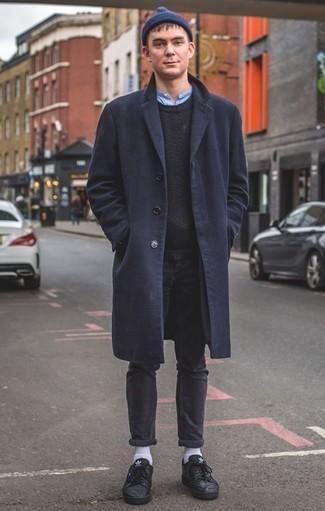 Combinar un abrigo: Empareja un abrigo con unos vaqueros en gris oscuro para crear un estilo informal elegante. ¿Te sientes valiente? Complementa tu atuendo con tenis de cuero negros.
