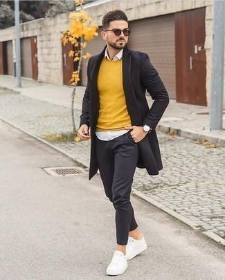 Outfits hombres: Utiliza un abrigo largo negro y un pantalón chino en gris oscuro para las 8 horas. Si no quieres vestir totalmente formal, opta por un par de tenis de lona blancos.