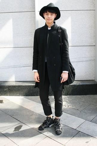 Combinar un jersey con cuello circular en gris oscuro: Elige un jersey con cuello circular en gris oscuro y un pantalón chino negro para una vestimenta cómoda que queda muy bien junta. Si no quieres vestir totalmente formal, completa tu atuendo con zapatillas altas de lona en gris oscuro.