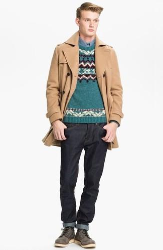 Cómo combinar: vaqueros negros, camisa de manga larga de cambray azul, jersey con cuello circular de grecas alpinos en verde azulado, abrigo largo marrón claro