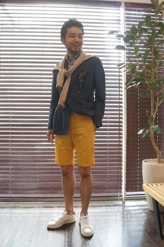 Combinar unos pantalones cortos mostaza: Casa un blazer cruzado azul marino junto a unos pantalones cortos mostaza para el after office. ¿Quieres elegir un zapato informal? Elige un par de tenis de cuero blancos para el día.