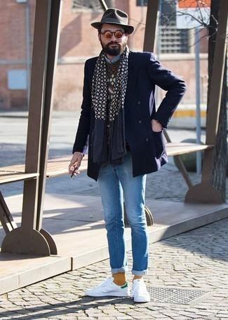 Combinar un sombrero de lana en marrón oscuro: Considera emparejar un blazer cruzado azul marino junto a un sombrero de lana en marrón oscuro para conseguir una apariencia relajada pero elegante. Tenis de cuero en blanco y verde son una opción muy buena para complementar tu atuendo.