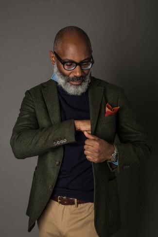 Combinar un pañuelo de bolsillo rojo en otoño 2020: Equípate un blazer de lana verde oscuro junto a un pañuelo de bolsillo rojo transmitirán una vibra libre y relajada. ¡Nos gusta mucho el look! Es una opción ideal para esta temporada de otoño.