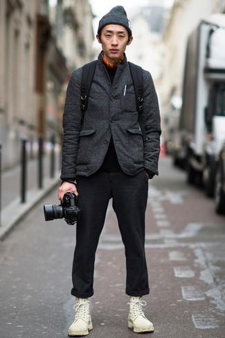 Outfits hombres: Opta por un blazer acolchado en gris oscuro y un pantalón chino de lana en gris oscuro para lograr un estilo informal elegante. Botas casual de cuero blancas son una opción excelente para completar este atuendo.