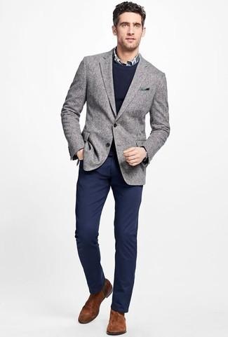Combinar un jersey con cuello circular azul marino: Utiliza un jersey con cuello circular azul marino y un pantalón chino azul marino para una apariencia fácil de vestir para todos los días. Con el calzado, sé más clásico y haz botines chelsea de ante marrónes tu calzado.