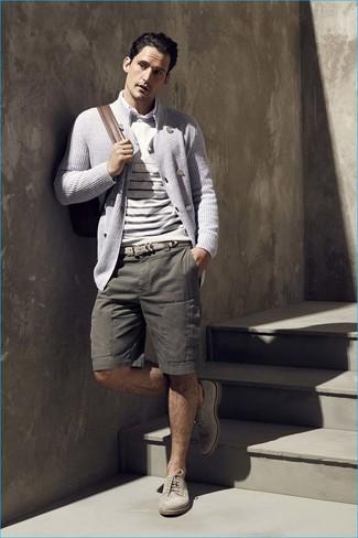 Cómo combinar: pantalones cortos verde oliva, camisa de manga larga blanca, jersey con cuello circular de rayas horizontales en beige, cárdigan cruzado gris