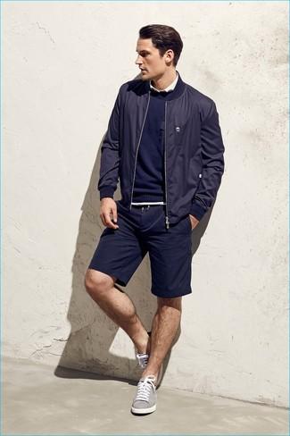 Combinar un jersey con cuello circular azul marino en verano 2020: Equípate un jersey con cuello circular azul marino con unos pantalones cortos azul marino para una vestimenta cómoda que queda muy bien junta. Tenis grises son una opción perfecta para complementar tu atuendo. Es un atuendo súper idóneo para esta temporada de verano.