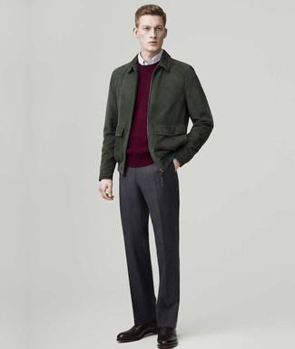Cómo combinar: pantalón de vestir de lana en gris oscuro, camisa de manga larga blanca, jersey con cuello circular burdeos, cazadora de aviador de ante verde oscuro