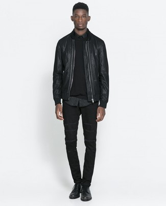 Cómo combinar: vaqueros negros, camisa de manga larga de leopardo negra, jersey con cuello circular negro, cazadora de aviador de cuero negra