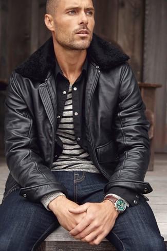 Cómo combinar: vaqueros azul marino, camisa de manga larga negra, jersey con cuello circular de rayas horizontales gris, cazadora de aviador de cuero negra