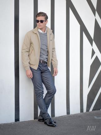 Cómo combinar: vaqueros azul marino, camisa de manga larga blanca, jersey con cuello circular gris, cazadora harrington en beige